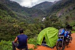 野营的独奏旅行家生活在森林里 免版税库存照片