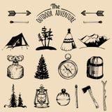 野营的速写的元素 导航减速火箭的行家象征、徽章,标签等的室外冒险收藏 库存例证