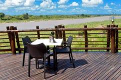 从野营的餐馆的美好的河视图 图库摄影