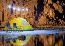 野营的黄色帐篷在沙漠 库存照片