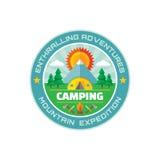 野营的-吸引人的冒险-山远征-导航在平的样式的徽章例证 库存图片