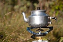 野营的水壶 免版税库存图片