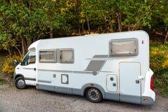 野营的van在夏天森林里停放的microbus 库存图片