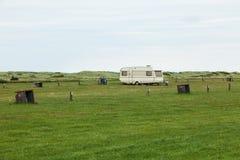 野营空与仅一辆有蓬卡车 免版税图库摄影