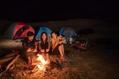 野营获得的小组的朋友乐趣,冷的感觉 免版税库存图片