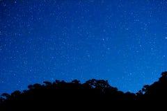 野营银河和星的定期流逝移动横跨与十的天空和前景 影视素材