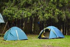 野营 两个旅游帐篷在森林里 免版税图库摄影