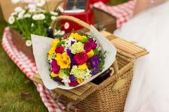 野餐在春天公园 免版税图库摄影