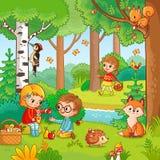 野餐在有孩子的森林里 库存图片