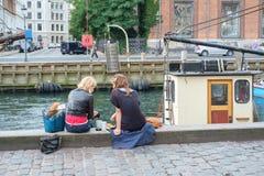 野餐在Nyhavn,哥本哈根 免版税库存照片