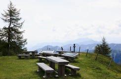 野餐桌和广告牌,克恩顿州,奥地利 免版税库存图片