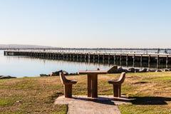 野餐桌和椅子与码头在Chula比斯塔,加利福尼亚 免版税库存图片