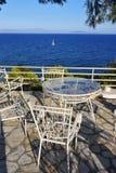 野餐桌和椅子在杉树的阴影 爱琴海海岸, A 库存照片
