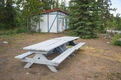 野餐桌在老公园 免版税库存图片
