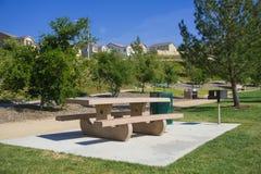 野餐桌在郊区公园 免版税库存照片