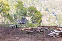 野餐椅子在森林里 免版税库存图片
