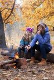 野餐的两个女孩 图库摄影