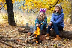 野餐的两个女孩 库存照片