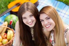 野餐的两个美丽的少妇 免版税库存图片