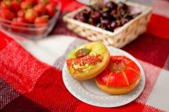野餐的二个给上釉的油炸圈饼 图库摄影