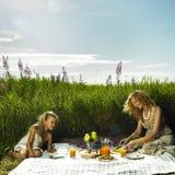 野餐的妈妈和女儿 免版税库存照片