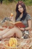 野餐的学生女孩 免版税库存图片