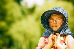 野餐的小女孩孩子 休闲山夏天妇女年轻人 免版税库存图片