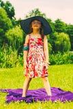 野餐的小女孩孩子 休闲山夏天妇女年轻人 库存图片