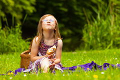 野餐的小女孩孩子 休闲山夏天妇女年轻人 免版税图库摄影