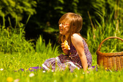 野餐的小女孩孩子 休闲山夏天妇女年轻人 免版税库存照片