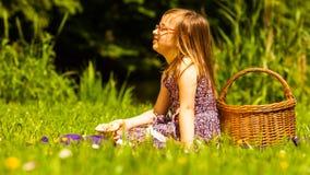 野餐的小女孩孩子 休闲山夏天妇女年轻人 库存照片