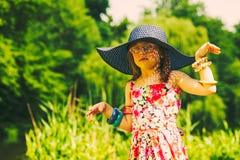 野餐的小女孩孩子 休闲山夏天妇女年轻人 图库摄影