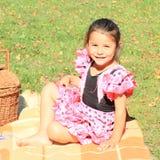 野餐的微笑的小女孩 免版税库存照片