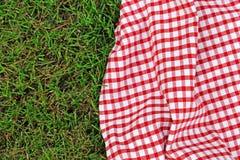 野餐的格子花呢披肩在绿草 免版税库存照片