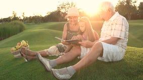 野餐的老年人与孙女 股票视频
