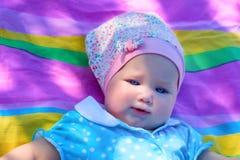野餐的蓝眼睛的女孩 免版税图库摄影