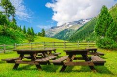 野餐的长木凳在高山谷,阿尔卑斯 免版税库存照片