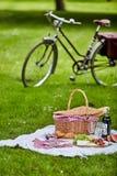 野餐篮和食物与自行车 免版税库存图片