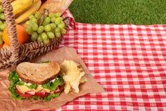 野餐篮子敬酒了火腿和乳酪三明治 库存图片