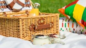 野餐篮子用果子,橙汁,新月形面包和没有烘烤蓝莓和草莓乳酪蛋糕 免版税库存照片
