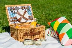野餐篮子用果子,橙汁,新月形面包和没有烘烤蓝莓和草莓乳酪蛋糕 免版税图库摄影