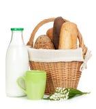 野餐篮子用面包和牛奶瓶 免版税库存图片