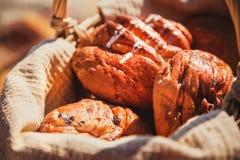 野餐篮子用面包,小圆面包,在海滩的卷 户外野餐 免版税库存图片