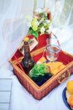 野餐篮子-果子、面包和酒 免版税库存照片