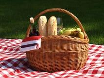 野餐篮子 免版税库存图片
