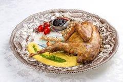 野鸡在一块装饰板材的被烘烤的Sous Vide 库存图片