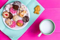 质量嘎吱咬嚼的曲奇饼的选择用牛奶 免版税库存照片