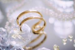 金、金刚石和珍珠首饰美好的集合 免版税库存照片