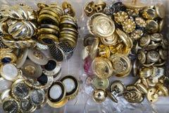 金、银和金属古色古香的葡萄酒按钮的汇集 免版税图库摄影