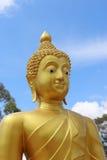金与多云蓝天的菩萨雕象 免版税库存图片